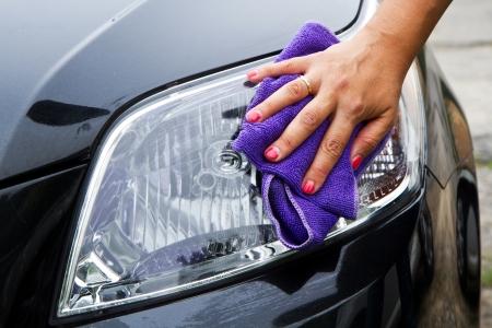 Hand mit einem Tuch das Auto Polieren