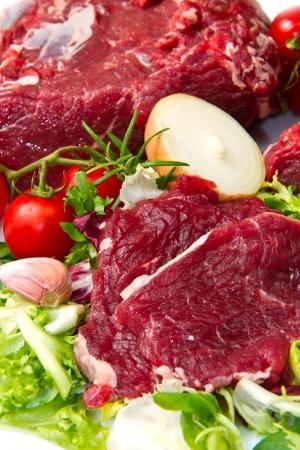 Brocken: riesige rote Fleisch Chunk mit Gem�se isoliert auf wei�em Hintergrund