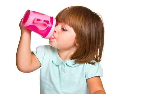 乳幼児: かわいい飲み幼児女の子の肖像画