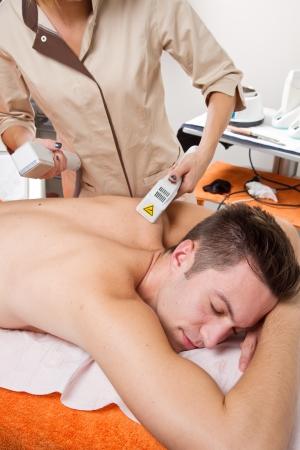 jungen Mann empfangen Laserepilation auf Beauty-Center