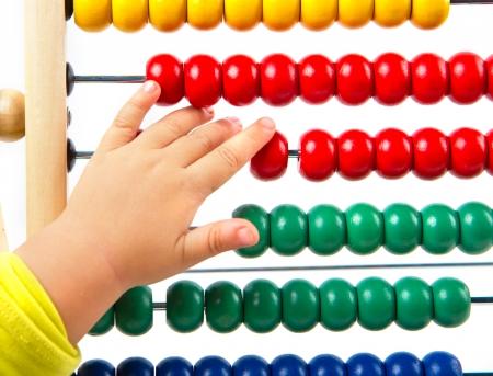 jardin de infantes: Ábaco colorido del juguete para aprender el conteo Foto de archivo