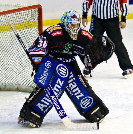 Hokej na lodzie bramkarza w trakcie gry