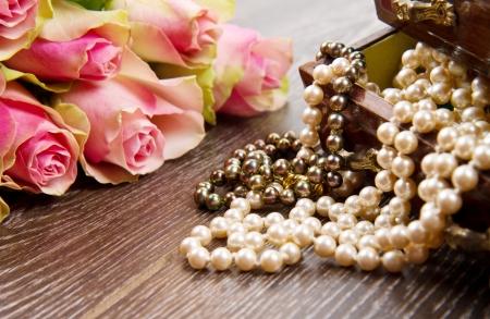 perlas: caja de la joyería con la joyería de rosas de color rosa Foto de archivo