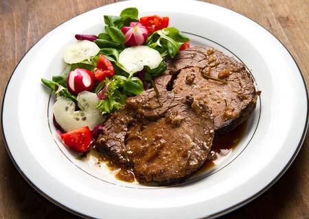 albondigas: carne de vacuno con guarnición de ensalada fresca, tomates, pepinos y raddishes