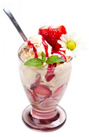 coppa di gelato: Gelato alla vaniglia con fragole fresche in tazza su sfondo bianco Archivio Fotografico