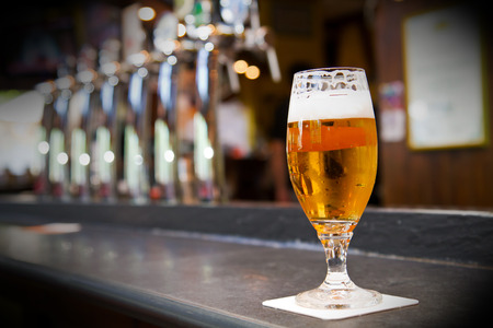 Glas licht bier op een pub