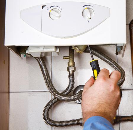 Loodgieter op het werk. Onderhoud gasketel Stockfoto - 29592086