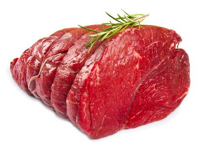 carne roja: fragmento de enorme carne roja aislado sobre fondo blanco