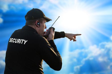guardia de seguridad: Detr�s de un guardia de seguridad aislado en blanco