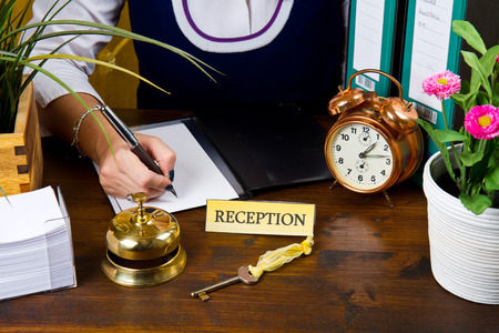 campanas: recepcionista de registro en el hotel