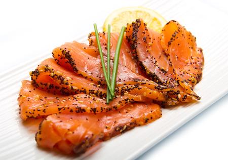 salmon ahumado: salmón ahumado en un plato blanco con cebollino