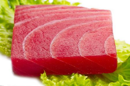 白い背景の上のサラダ マグロの刺身