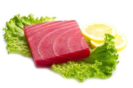 atun rojo: sashimi de atún con ensalada y limón sobre fondo blanco