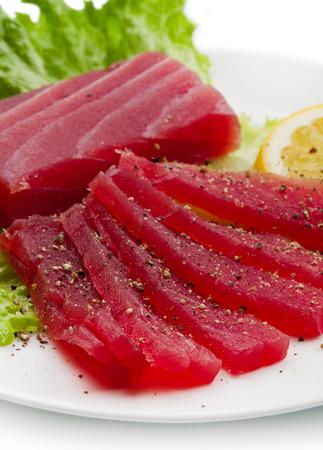 atun rojo: Rebanadas de crudo sashimi de atún rojo en el plato blanco