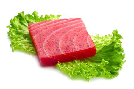 atun rojo: sashimi de atún con ensalada en el fondo blanco