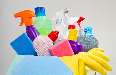 guantes: completa caja de artículos de limpieza y guantes aislados en blanco