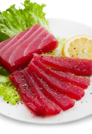 atun rojo: Rebanadas de crudo sashimi de at�n rojo en el plato blanco