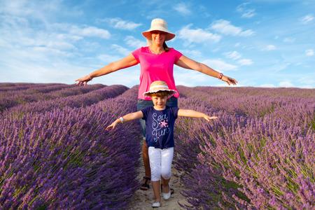 lavanda: mother and Girl walking in lavender field Stock Photo