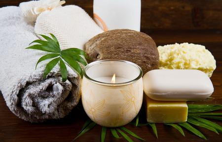 noix de coco: produits spa de noix de coco sur le bois Banque d'images