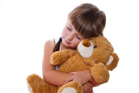 osos de peluche: niña adorable niño abrazando a un oso de peluche Foto de archivo
