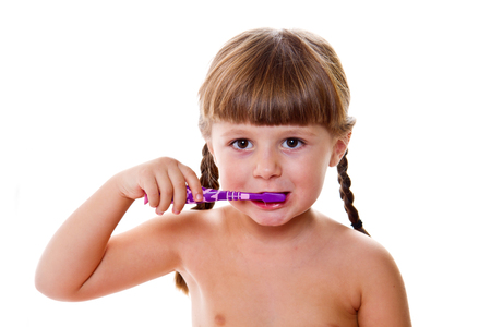 niñas pequeñas: higiene dental. feliz niña cepillándose los dientes