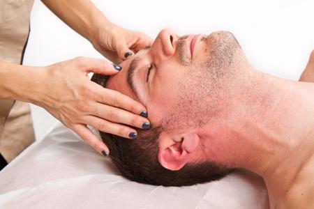 masaje: Hombre recibiendo masajes en el centro de thebeauty