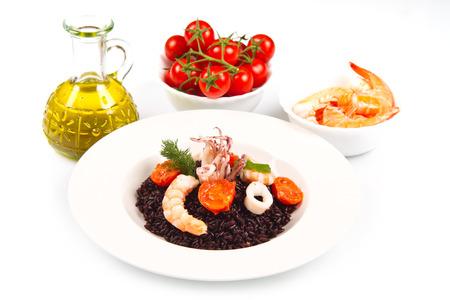 Arroz negro con calamares, gambas y tomates Foto de archivo - 48269378