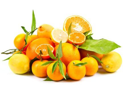fruit orange: frutas de color naranja, mandarinas naranjas y cítricos frescos aislados en blanco Foto de archivo