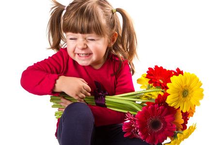 mignonne petite fille: Cute petite fille avec des fleurs gerbera bouquet