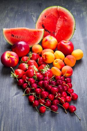 frisches Obst auf Holztisch