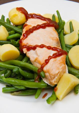 ejotes: filete de salmón con patatas y judías verdes