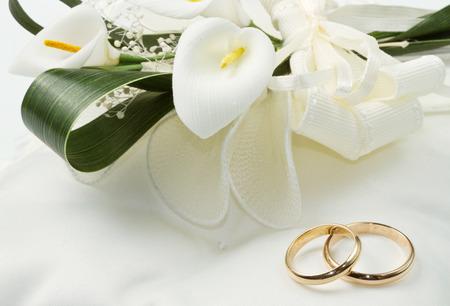anillo de boda: Los anillos de boda con el ramo de la cala