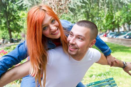 tonto: Linda pareja en el parque en un día soleado