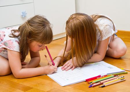 hacer: Drenaje de las niñas en el suelo