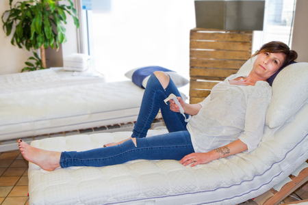 sleep well: The young woman is testing the mattress