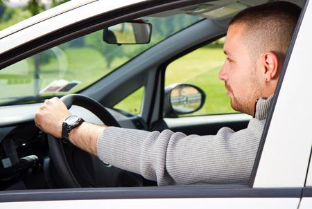 persona viajando: Un hombre joven monta en un coche