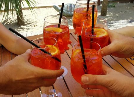 Aperitifs mit leckeren Cocktails am Strand
