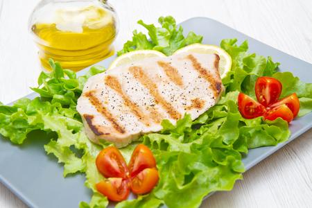 carne de pollo: filete de atún a la plancha con ensalada y tomates