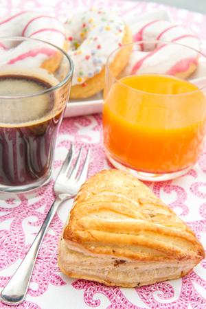 decoracion mesas: tablee with donuts and brioche breakfast Foto de archivo
