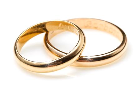 anillos boda: par de anillos de bodas de oro sobre fondo blanco
