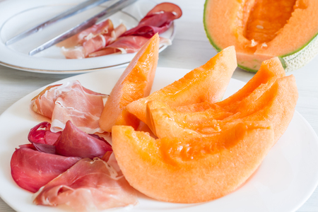nipper: dish with melon and ham