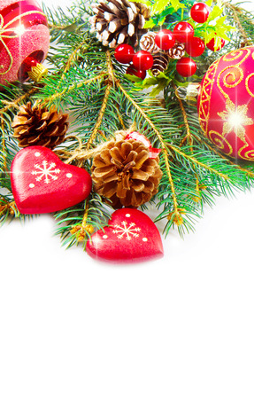 bougie coeur: Christmas balls and fir branches with decorations isolated over white  Banque d'images