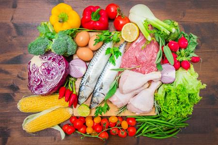 Dieta mediterranea con pesce, carne e verdure Archivio Fotografico