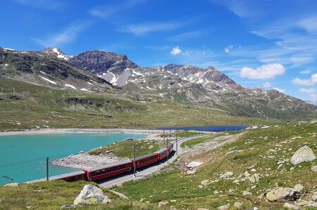 Foto stock royalty free con ID: 321441728  Swiss mountain train Bernina Express crossed Alps Stockfoto