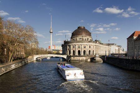 the boat on the river: Bode Museo de Berl�n en el r�o Spree