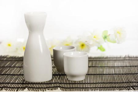 sake: bien - una bebida alcoh�lica tradicional japonesa, el sake establece tokkuri Foto de archivo