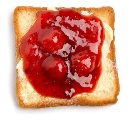fresa: tostadas con mantequilla y mermelada de fresa sobre un fondo blanco Foto de archivo