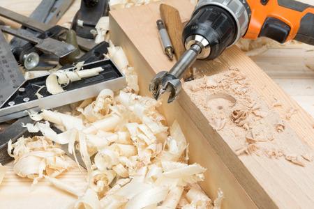 大工道具、家具工房で木の削りくず 写真素材