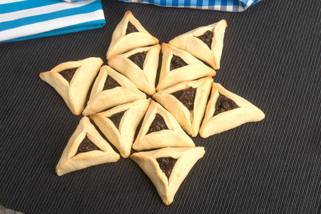 oznei: On Purim, Ashkenazi Jews eat triangular pastries called Hamantaschen (Hamans pockets) or Oznei Haman (Hamans ears)