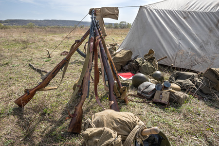 seconda guerra mondiale: Weapons and equipment in a military camp during the Second World War. Historical Reconstruction Archivio Fotografico